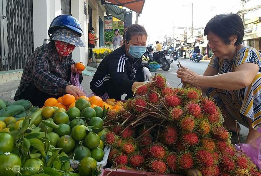 Người mua trái cây trên đường Lê Đức Thọ, Gò Vấp (TP HCM). Ảnh: Hồng Châu.