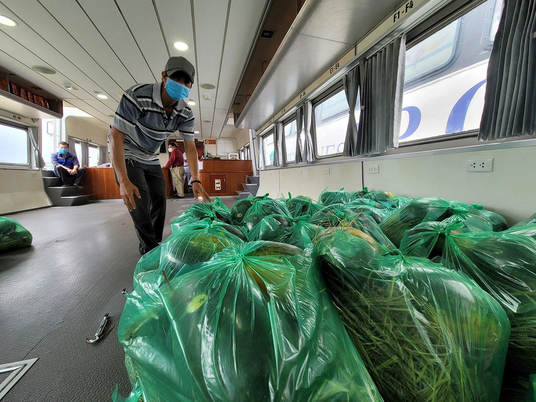 Dưa hấu được bốc xếp lên tàu để đưa về TP HCM. Ảnh: Hoàng Thanh.