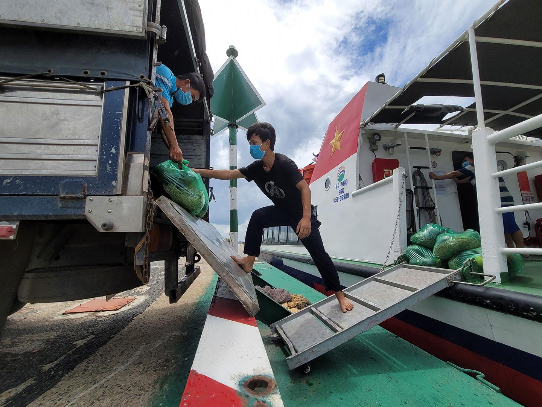 Hàng hóa được bốc xếp lên tàu tại Tiềng Giang. Ảnh: Hoàng Thanh.