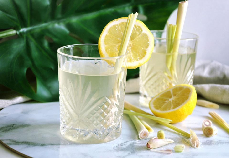 Tở hợp nước ấm chanh sả có ngăn ngừa Covid