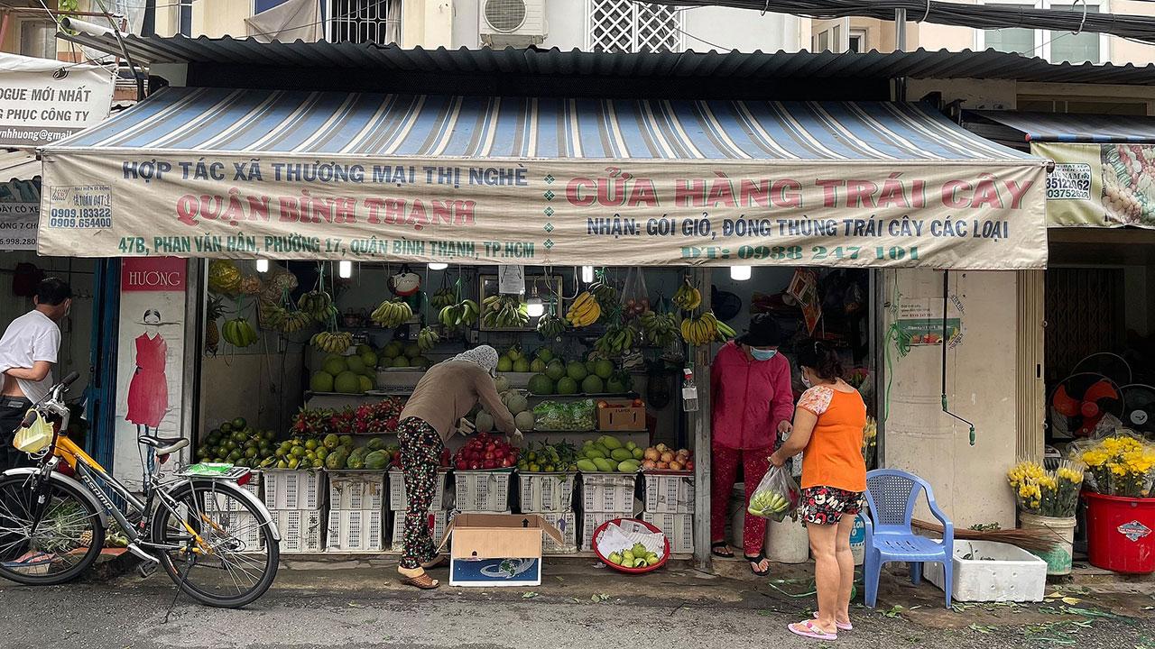 Người dân đến mua thực phẩm tại các cửa hàng trên đường Phan Văn Hân, phường 17, quận Bình Thạnh, sáng 6/10. Ảnh: Trung Kiên